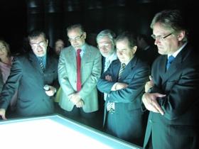 Autoridades conhecem mesa interativa