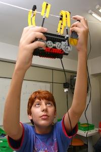 Jovens aprendem robótica brincando